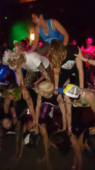 Det er ikke turnering uten afterparty, og det er ikke afterparty uten pyramide! (Foto: Pinkzilla)